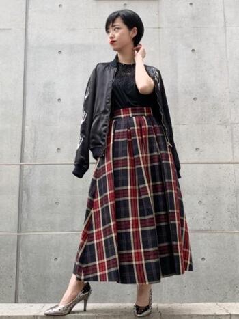 ヒールやフレアスカート、レースのトップスをあわせて女性らしさもあり、かっこよくスカジャンを着こなしています。スカートの赤のラインをポイントに、他の色を黒系でまとめているのがおしゃれ。