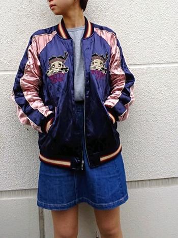 根強いファンが多いキャラクター『ベティ・ブープ』が刺しゅうされたスカジャンはとってもキュート。ベティちゃんのようにセクシーに着てみたいですね。
