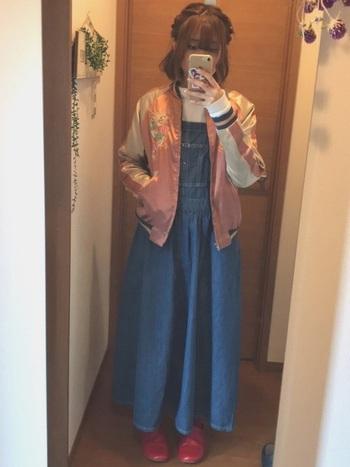 スカジャンは柄だけでなくカラーも豊富。そのなかでもピンクがかわいくもかっこよくも着られるので女性には特におすすめです。デニムにもスカートにもあうピンクのスカジャン、コーデを早速見てみましょう! こちらはデニム生地のジャンパースカートをあわせて。スカジャンは甘辛コーデにぴったりのアイテムです。