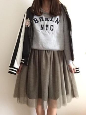 スカジャンにスカートを組みあわせたコーデは間違いなしの可愛らしさ。ファッショニスタの真似してみたくなるコーデを参考にどうぞ。