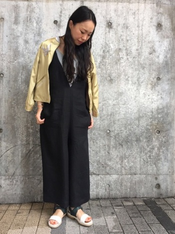 パンツ部分がワイドになっているオールインワンと、ゴールドのスカジャンでコーデを格上げ。羽織ることでこなれ感が出て上品ながらも軽快な着こなしになっています。足元のヌケ感もGOOD。