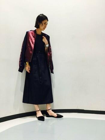 刺しゅうの入っていないスカジャン風ブルゾンをデニムワンピースとあわせて。濃いカラーで揃えれば、スカジャンのワインレッドが引き立ちます。カジュアルな印象を残しながらクラスアップする上級者の着こなしです。