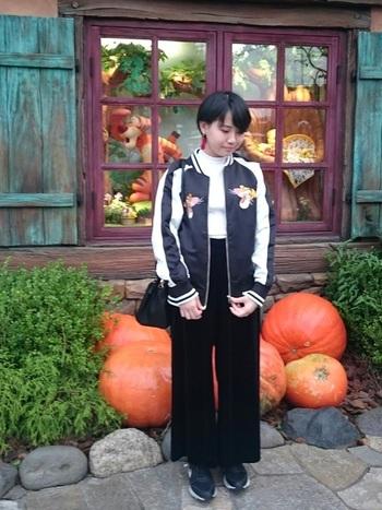 黒×白のすっきりかっこいいモノトーンコーデ。こちらの黒いスカジャン、胸元には虎の刺しゅうが入っているようですが、後ろに写るキャラクターと顔が似ているような…?