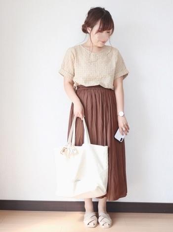 自然に縦ラインを作ってくれるプリーツスカート。色違いで何枚か持っていてもいいほどの優秀アイテムです♪上のコーデは、まだ暑い秋の初めにおすすめ。ベージュ×ブラウンで優しい印象に仕上がっています。