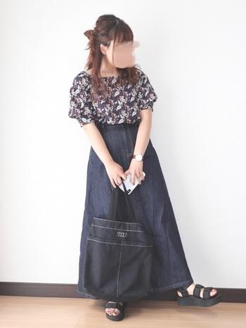 硬めのデニムスカートは体形を上手にごまかしてくれる優れもの。さらにハイウエストで、シルエットにメリハリをつけています。