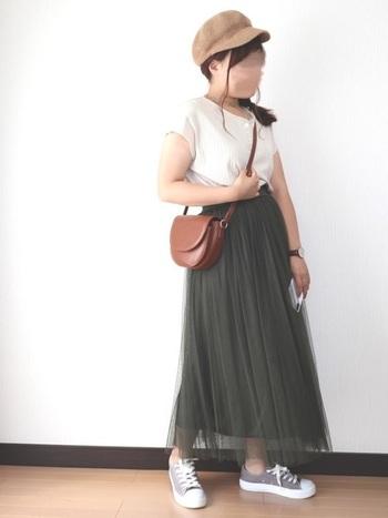 ふわっと広がるチュールスカートは可愛いけど、着やせの観点ならあまり広がらないシルエットのものがおすすめ。さらに締め色&プリーツを選べば、下半身すっきりが叶います。