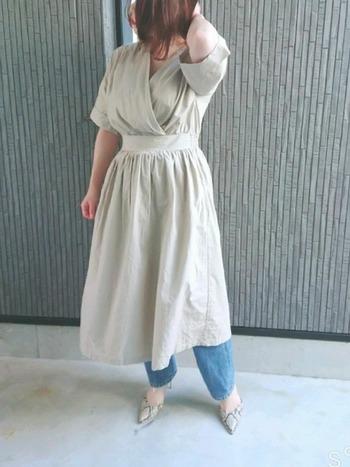 カシュクールワンピの中でもさらに着やせに効果的なのが、しっかりとウエストが絞られたデザインのもの。メリハリのあるスタイルが叶います。