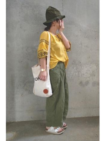 華やかトップスに加えて、帽子は視線を上に上げてくれる最強アイテム。他のアイテムの色とそろえると統一感のある着こなしになります。