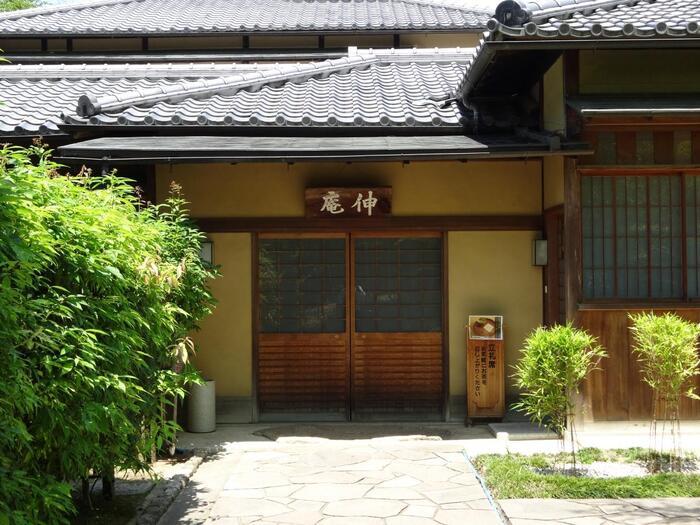 「伸庵」では、椅子席で気軽にお抹茶と和菓子をいただけます。千利休にちなんだお菓子や器を楽しめることも……。  周囲の日本庭園は無料で見て回ることができますよ。庭園内にある「旧浄土寺九重塔」は国指定重要文化財です。