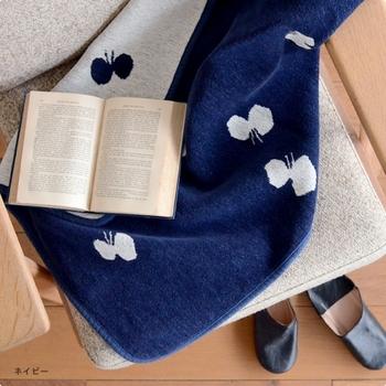 長年愛され続けているスウェーデンのテキスタイルブランド「KLIPPAN(クリッパン)」と、自然をモチーフにしたデザインが人気の「mina perhonen(ミナ ペルホネン )」のコラボによって生まれたシュニールコットンブランケット[CHOUCHO]。赤ちゃんも大人も使えるデザイン&サイズ。洗濯機で丸洗いできます。