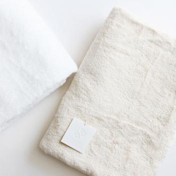 羽のように軽く保温性・吸湿性に優れているという「SELDOM(セルダム)」のフェザーコットンバスタオル。素材に使っている綿花は繊維を傷つけないように丁寧に手摘みで収穫され、極上の肌触りを生み出すために密度が計算されているそうです。自分のために買うにはためらってしまいそうですが、こんな上質なプレゼント、一度は欲しいですね。