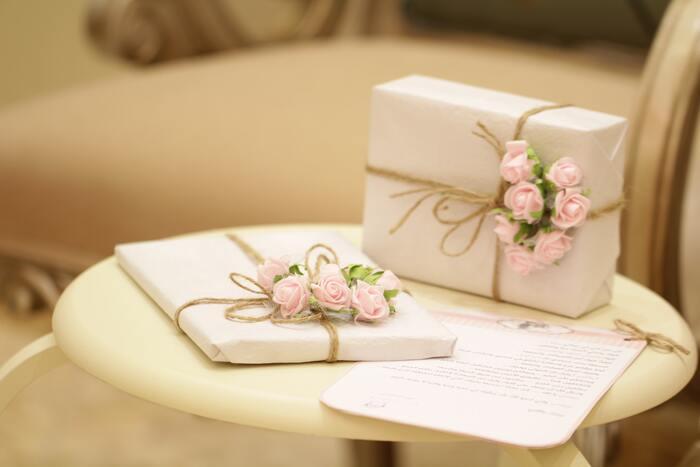 結婚式には引き出物がありますが、披露宴を挙げない時や式に出席しなかった人からの贈り物に対しては「内祝」という形でお返しを届けます。 お返しギフトには、二人の末永い幸せを思わせるような一生大切にしていける小物や器、見た目にも明るい雑貨やスイーツなどが人気のよう。 熨斗紙の表書きには結婚する二人の名を入れましょう。