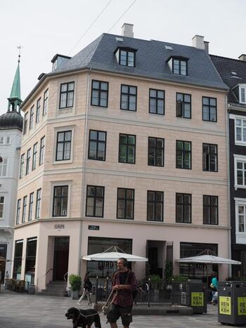 コペンハーゲンのショッピングストリートにある「Cafe Europa 1989 (カフェ・ヨーロッパ 1989)」は、今まで世界バリスタチャンピオンを3名も輩出している有名店。