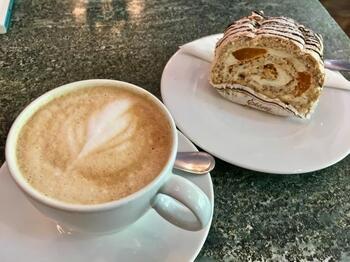 """ブラックコーヒーの他、カフェラテも最高です。おすすめの焼き菓子は、メレンゲとロールケーキが融合した""""ブダペスト""""。その他にも、ミルフィーユケーキの""""ナポレオン""""も有名だそう。"""