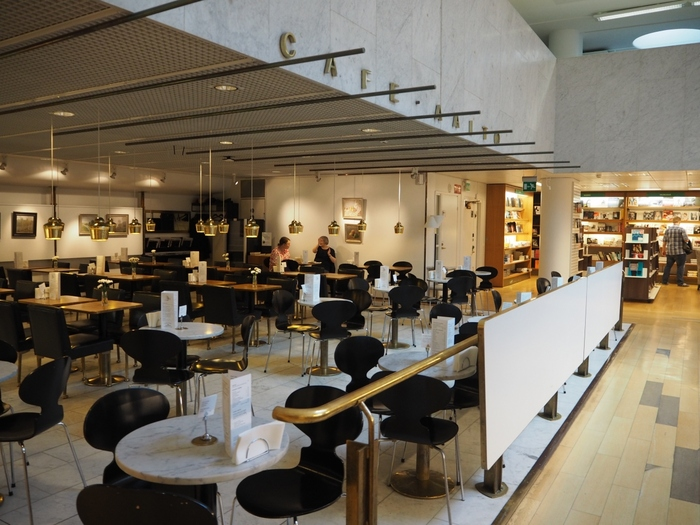 北欧デザインの方なら知らない方はいないはず。映画『かもめ食堂』の撮影地としても日本では有名な「Cafe Aalto(カフェ アアルト)」は、建築家・デザイナーとして北欧ミッドセンチュリーに活躍したAlvar Aalto(アルヴァ・アアルト)氏が手掛けたカフェです。