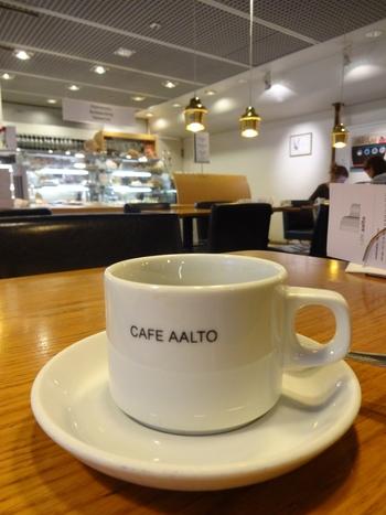 """ブラックコーヒーは、""""CAFE AALTO""""のロゴ入りカップ&ソーサ―で提供されます。これだけでも、ワクワクしてしまいますよね。"""