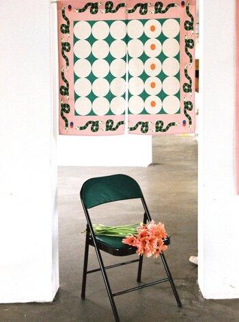 アメリカンレトロ風にも、オリエンタル風にも見える特徴的なデザインののれん。キッチンや子供部屋など、楽しい雰囲気を添えたい場所に。
