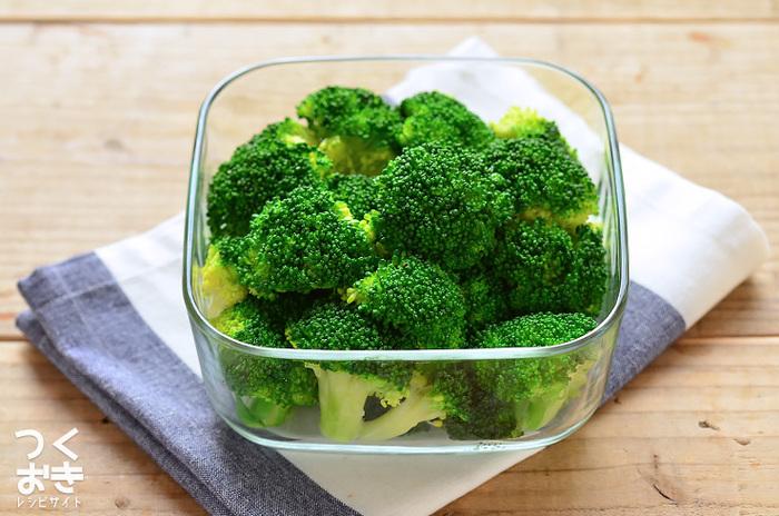 ゆで野菜の中でも人気のブロッコリー。水切りが難しい形なので、ポイントをしっかり押さえて下処理をしましょう!冷蔵なら5日、冷凍なら一ヶ月が保存目安です。サラダやシチューに使いたいですね。