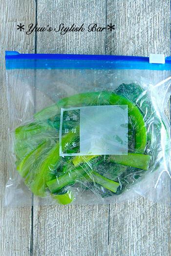 小松菜やほうれん草などの青菜類は、茹でて冷凍しておくとすぐ使えてかなり便利ですよね。ポイントは少し短めに茹でることと、水気を絞らないことです。