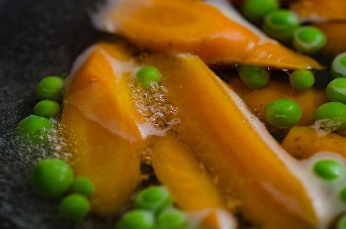 野菜を茹でて調理すると、水に溶けやすいビタミンは流出してしまって半分くらいになってしまうことも。しかしカサは減るので、生野菜に比べて数倍の量を食べることができると考えると、栄養摂取の効率がよいとも言われています。また、炒め物のように油を使わずヘルシーなのもポイント!ダイエットにもおすすめです。