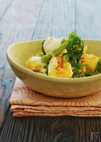 ゆで野菜の中でも人気の、ブロッコリーを使ったサラダ。アスパラも一緒に茹でることで時短に繋がり、あっという間の5分で作れてしまいますよ。