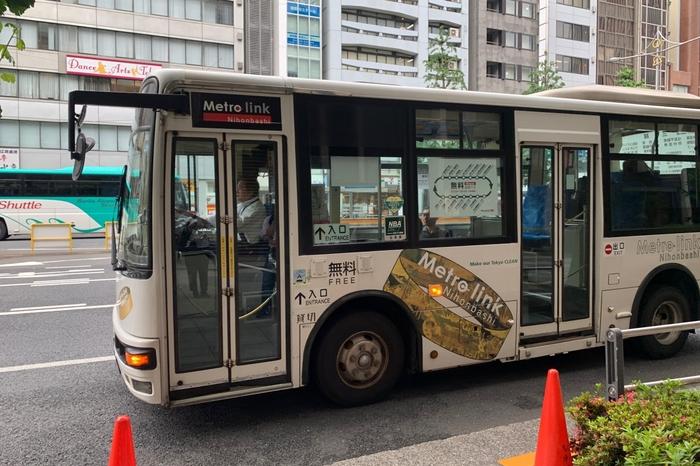 東京駅から日本橋、水天宮エリアを巡回している「メトロリンク日本橋」。地元企業の協賛により、だれでも無料で乗ることができます。ハイブリッドバスと小型のコミュニティバスを導入し、低公害、低騒音を実現した環境に優しいバスです。出光美術館所蔵の「江戸名所屏風」をリング状にデザインしたものが車体に描かれています。