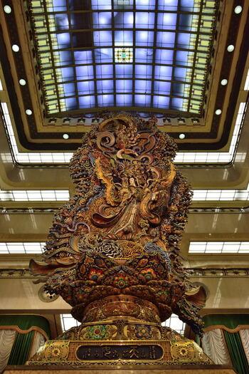 本館1階の中央ホールから、吹き抜けの5階にまで届くような天女の像。1960年(昭和35年)に作られたものです。三越の基本理念「まごころ」をあらわし、まごころ像とも呼ばれています。