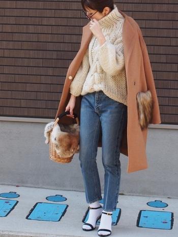 ロングコートにボリュームたっぷりのセーターというコーデも、デニムのスラっと感でとってもスリムな印象に。コートとバッグのさりげないファーが素敵です。