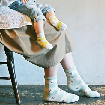 贈り物にぴったりな親子お揃いの靴下セット。どのデザインも色の配色がおしゃれで北欧らしいデザインです。