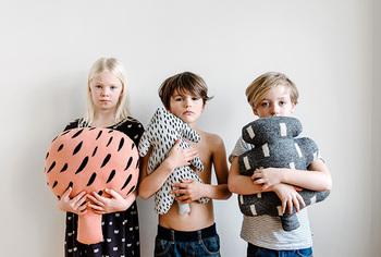「House of Rym(ハウスオブリュム)」は、北欧出身のデザイナーが手がけるブランドです。おしゃれなテキスタイルが印象的なクッションは、2児のママでもあるデザイナーが手がけた、お子様にも優しいクッション。