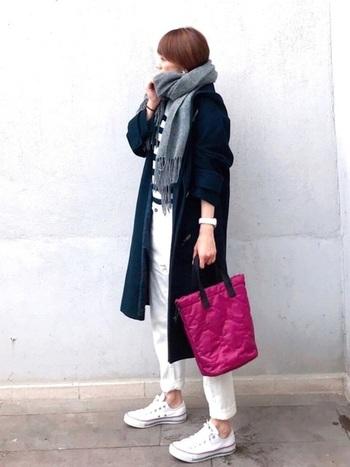 ダッフルコートを羽織れば、真冬のマリンコーデが完成。パープルのバッグがきれいな差し色になって、全体を明るく見せてくれます。