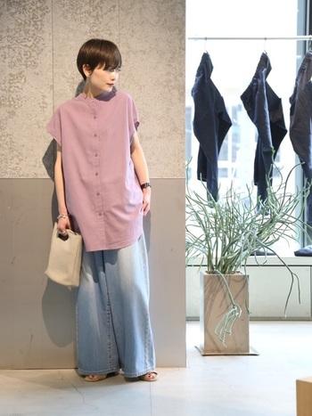 リネンのシャツは、カラーやシルエットによって大人度がぐっと増します。チュニックなら、露出を控えつつ涼しげに過ごせそうですね。
