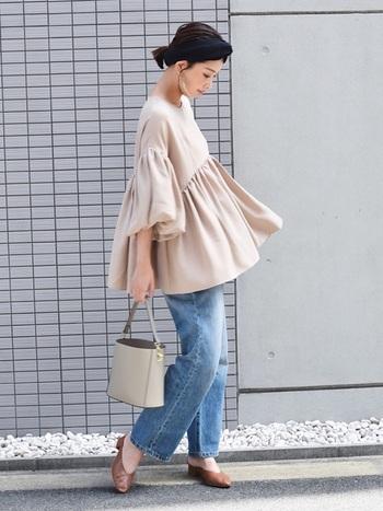 ワイドデニムを上品に着こなすには、女性らしい雰囲気のトップスがおすすめ。ふんわりボリュームがあるデザインなら、体型カバーもバッチリです。