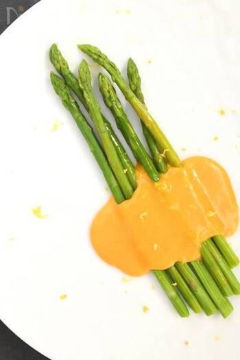 オシャレなオランデーズソースをレンジで。手に入りやすい食材で簡単に作れて、アスパラなどの茹で野菜とも相性がよいソースです。ぜひマスターしたいですね!
