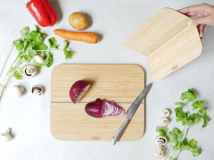 はじめにご紹介するのは、イギリスのキッチン用品ブランド『Joseph Joseph(ジョセフ ジョセフ)』の折りたためるまな板、「チョップ2ポット バンブー」です。竹の美しい木目を活かしたおしゃれなまな板は、中央で半分に折りたためるユニークなデザインが特徴です。大きさはラージとスモールの2サイズ展開しているので、食材に合わせて使い分けることができます。