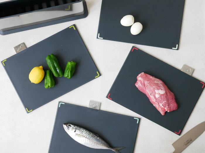 次にご紹介する「インデックス付まな板100」も同じJoseph Josephの商品ですが、こちらは4枚のまな板とステンレス製のケースがセットになったスタイリッシュなアイテムです。まな板にはそれぞれインデックスが付いているので、肉・魚・野菜などの食材ごとに使い分けることができてとっても衛生的。まな板は両面使用することができ、それぞれゴム製の滑り止めも付いています。