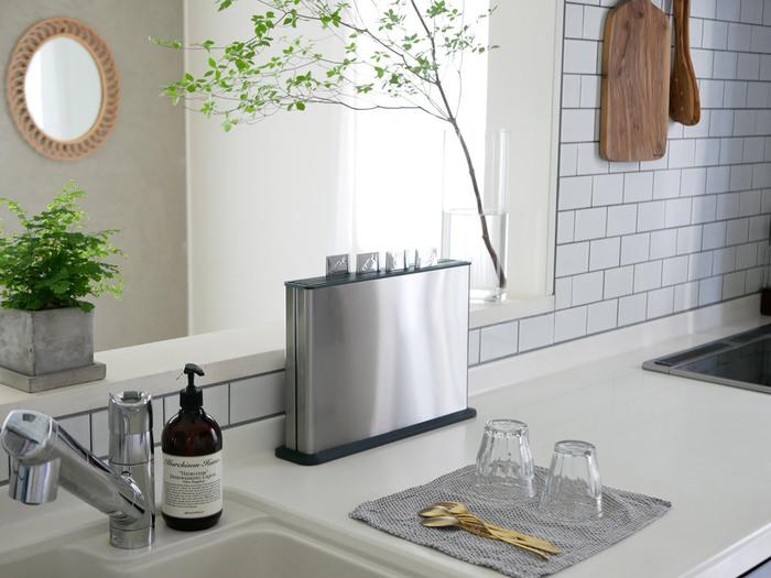 まな板自体が薄くて軽いので、ステンレス製の収納ケースもスリムなデザインです。キッチンの作業台や引き出しの中など、どんな場所に置いても邪魔にならず、省スペースで収納できるのも大きな魅力です。機能的でおしゃれなまな板があれば、毎日お料理するのがさらに楽しくなりそうですね。