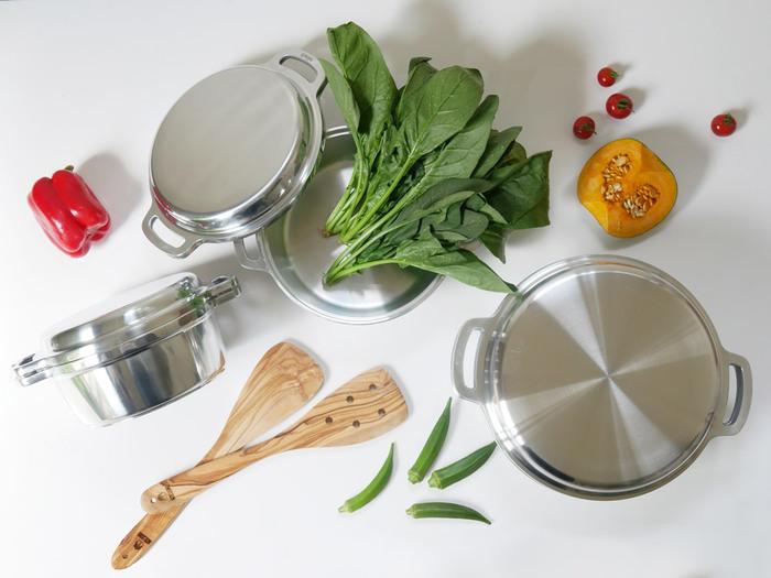 """一台で何役もこなす無水鍋を活用して、美味しい煮物や蒸し料理を作ったり。 職人さんが手作業で仕上げたこだわりの調理器具を使って、""""ワンランク上""""の食事づくりを楽しんだり。"""