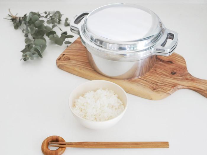 """KING無水鍋は昔かまどで使われていた""""羽釜""""の形をヒントにつくられているので、白いご飯や炊き込みご飯などの炊飯に最適です。短時間でふっくらモチモチの美味しいご飯が炊けますよ◎。"""