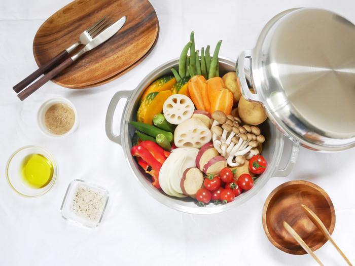美味しい料理を作るためには、機能的で使い勝手の良い「鍋」も必需品ですよね。こちらは広島県のキッチン用品メーカー、『HALムスイ』のアルミニウム製鋳物鍋「KING無水鍋」です。1953年に日本初のアルミ鋳物鍋として誕生して以来、多くのファンから愛されているロングセラー商品です。炊く・煮る・蒸すなど8通りもの使い方ができるので、炊飯や煮物をはじめ、炒め物・天ぷら・カレーなど様々な料理に活躍してくれます。