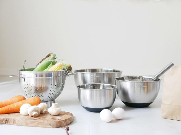 使い勝手の良さはもちろんのこと、見た目もおしゃれな調理道具なら、キッチンでの作業もはかどってお料理の幅もぐっと広がるはず。 今回はそんな日々の暮らしに役立つ、シンプルで機能的な「優秀キッチンツール」をご紹介します♪