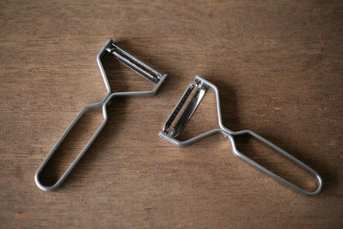 こちらはシンプルで機能的なキッチンツールや食器が人気のプロダクトブランド、『ヨシタ手工業デザイン室』のおしゃれなピーラーと千切りピーラーです。金属加工技術で世界的に有名な新潟県・燕市の職人さんによって、ひとつひとつ丁寧につくられています。スタイリッシュなデザインのフレームは1本のビスで固定されているので、刃を交換する時にはドライバー1本で簡単に取り換えることができます。