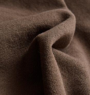 大人のスウェットこそ、素材にこだわりたいもの。オーガニックコットン裏毛を使用しており、しっとりと柔らかい肌触り。タンクトップにさっと、素肌に直接触れるように着たくなります。