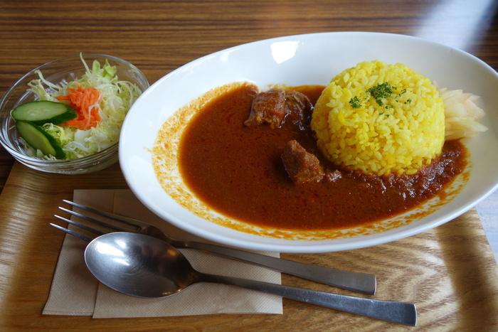 人気メニューは「自家製インド風スパイシーポークカレー」。玉ねぎをじっくり煮込んだスパイシーなカレーで、ポークもゴロッと入っています。ピリッとした辛さも本格的です。