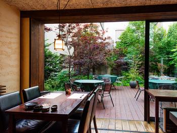 札幌駅北口・北大南門近くの路地裏のレトロモダンな洋館 では、北海道・えりもの食材を中心とした創作和食が楽しめます。大きな窓から見えるテラスは、四季のうつろいを感じられる風景です。