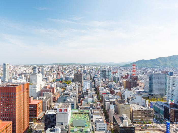 JRタワーホテル日航札幌の35Fに位置する「SKY J」のランチタイムは、地上150mからの絶景とお料理が楽しめるパノラマブッフェ。美しい眺めを楽しみながら頂くお料理は、非日常的な気分を味わわせてくれます。