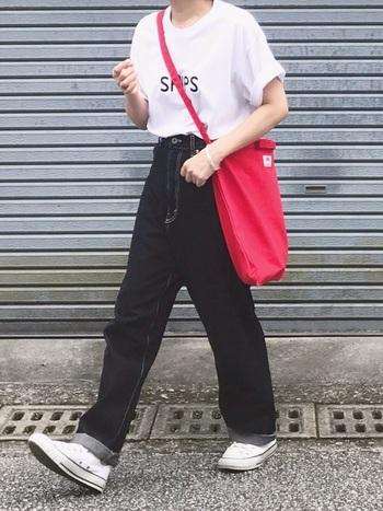 夏コーデの定番と言えば、白いトップスとの組み合わせ。メンズサイズのTシャツをデニムにインすれば、トレンドスタイルに仕上がります。差し色の赤いバッグがキュートですね。
