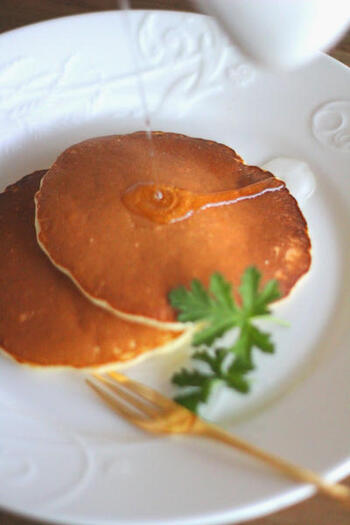 ひとりランチに香り豊かな、ゼラニウムのパンケーキはいかがですか♪抗菌・抗炎症・美肌効果も期待できるゼラニウム。ひと手間かけて作ったシロップがランチタイムを贅沢にしてくれます。