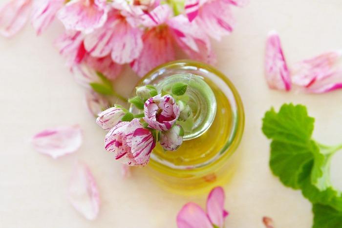 アロマテラピーとして用いるのはいわゆる「ローズゼラニウム」が一般的でしょう。精油は、葉や花などから抽出され、ローズのような華やかさとグリーンっぽい印象が合わさった香りです。
