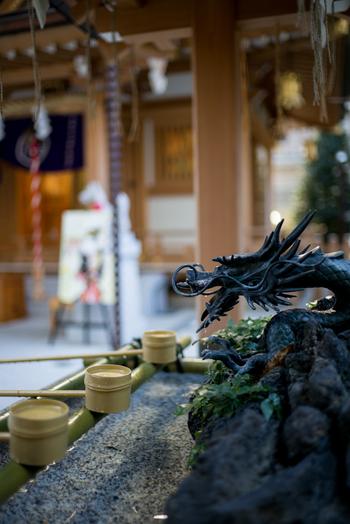 五街道の起点となる日本橋らしい旅のお守りや、富籤の興行を許された数少ない社寺のひとつだったということから生まれた富籤守り(当選祈願)などに人気があります。  最寄りのバス停は「メトロリンク日本橋」、「メトロリンク日本橋Eライン」の「日本橋室町一丁目」になります。